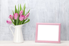 Mazzo dei tulipani e struttura rosa freschi della foto Fotografia Stock