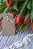 Mazzo dei tulipani rossi con la carta marrone fotografia stock