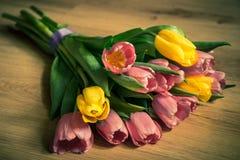 Mazzo dei tulipani su fondo di legno leggero Fotografia Stock Libera da Diritti
