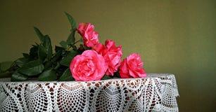 Mazzo del color scarlatto delle rose Fotografie Stock Libere da Diritti