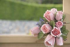 Mazzo del fiore artificiale su uno sfondo naturale vago Immagini Stock