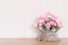 Mazzo del fiore artificiale in un sacco su fondo di legno fotografia stock libera da diritti