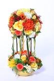 Mazzo del fiore artificiale variopinto, fondo bianco fotografie stock