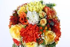 Mazzo del fiore artificiale variopinto, fondo bianco immagine stock