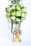 Mazzo del fiore artificiale variopinto, fondo bianco immagini stock