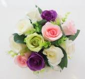 Mazzo del fiore artificiale variopinto, fondo bianco fotografia stock libera da diritti
