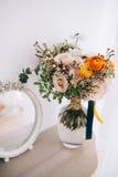 Mazzo del fiore della primavera in vaso di vetro sulla tavola fotografia stock libera da diritti