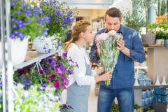 Mazzo del fiore di And Customer Smelling del fiorista a Immagini Stock Libere da Diritti