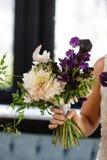 Mazzo del fiore di nozze della tenuta della damigella d'onore della sposa immagini stock libere da diritti