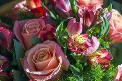 Mazzo del fiore di rosa di giorno del ` s del biglietto di S. Valentino Fotografia Stock Libera da Diritti