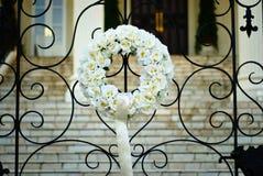 Mazzo del fiore in portone anteriore al ricevimento nuziale Immagini Stock