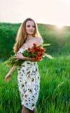 Mazzo del papavero della tenuta della giovane donna Fotografie Stock