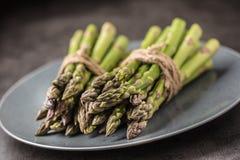 Mazzo del primo piano di asparago fresco sul piatto fotografie stock libere da diritti