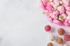 Mazzo del ranunculus e palle casalinghe Fotografia Stock Libera da Diritti