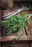 Mazzo del timo su un vecchio fondo di legno Fotografia Stock