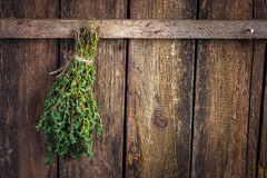 Mazzo del timo su un vecchio fondo di legno Immagine Stock