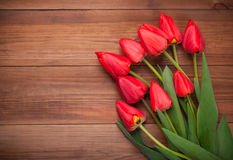 Mazzo del tulipano rosso su fondo di legno Immagini Stock