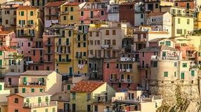 Mazzo del villaggio di Manarola delle case in Cinque Terre, Italia fotografia stock