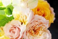 Mazzo del wite e del giallo delle rose sul sole immagini stock