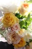 Mazzo del wite e del giallo delle rose sul sole fotografie stock libere da diritti