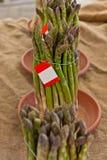 Mazzo dell'asparago sulla vendita da un servizio organico Fotografia Stock