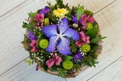 Mazzo dell'orchidea porpora dei fiori, del alstroemeria, del crisantemo verde, del gypsophila e del buxus Immagine Stock Libera da Diritti