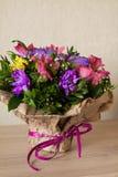 Mazzo dell'orchidea porpora dei fiori, del alstroemeria, del crisantemo verde, del gypsophila e del buxus Fotografie Stock