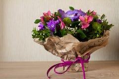 Mazzo dell'orchidea porpora dei fiori, del alstroemeria, del crisantemo verde, del gypsophila e del buxus Fotografie Stock Libere da Diritti