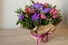 Mazzo dell'orchidea porpora dei fiori, del alstroemeria, del crisantemo verde, del gypsophila e del buxus Fotografia Stock