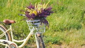 Mazzo della bicicletta della merce nel carrello dei wildflowers davanti al manubrio video d archivio