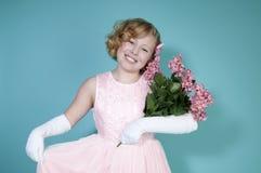 Mazzo della holding della bambina dei fiori Immagine Stock