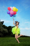 Mazzo della holding della donna di aerostati di aria variopinti Fotografia Stock