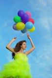 Mazzo della holding della donna di aerostati di aria variopinti Fotografia Stock Libera da Diritti