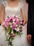 Mazzo della holding della sposa Fotografia Stock