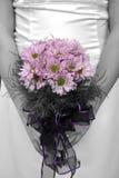 Mazzo della holding della sposa con la maschera in in bianco e nero ma fiore Fotografie Stock