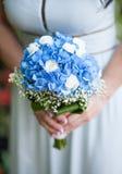 Mazzo della holding della sposa dei fiori Fotografia Stock