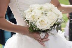Mazzo della holding della sposa dei fiori Immagine Stock