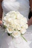 Mazzo della holding della sposa dei fiori Immagini Stock Libere da Diritti