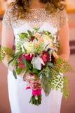 Mazzo della holding della sposa dei fiori Immagine Stock Libera da Diritti