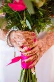 Mazzo della holding della sposa dei fiori Fotografie Stock Libere da Diritti