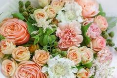 Mazzo della molla di Beautiful del fiorista del lavoro Disposizione con i fiori della miscela Il concetto di un negozio di fiore, fotografie stock libere da diritti