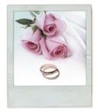 Mazzo della Rosa con gli anelli di cerimonia nuziale Fotografie Stock Libere da Diritti