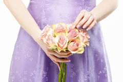 Mazzo della tenuta della damigella d'onore delle rose rosa Immagini Stock Libere da Diritti