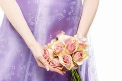 Mazzo della tenuta della damigella d'onore delle rose rosa Fotografie Stock Libere da Diritti