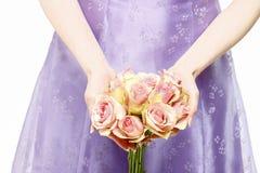 Mazzo della tenuta della damigella d'onore delle rose rosa Fotografia Stock