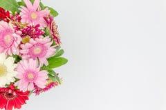Mazzo della vista superiore dei fiori con spazio per testo immagine stock