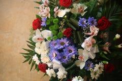 Mazzo della vista superiore dei fiori differenti variopinti contro fondo di pietra arancio fotografie stock libere da diritti