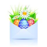 Mazzo delle margherite e delle uova di Pasqua in un enve aperto Fotografia Stock