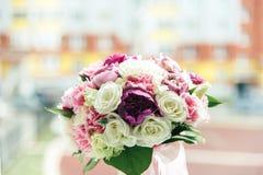 Mazzo delle peonie bianche, porpora e rosa in un vaso fotografia stock