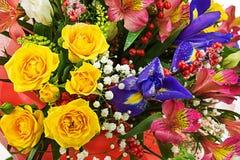 Mazzo delle rose, dell'iride, del alstroemeria, del nerine e di altri fiori Immagine Stock